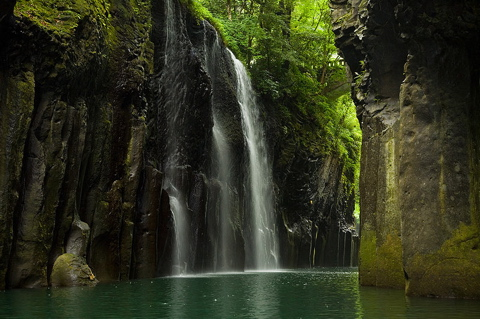 800px-Takachiho_Gorge_by_boat.jpg